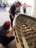 Kroatische traditionelle Schiffbauer arbeiten an der Wiederherstellung eines alten hölzernen Bootes Lizenzfreies Stockbild