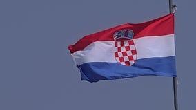 Kroatische vlag op de oude de stadsmuren van Dubrovnik stock footage