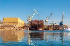 Kroatische Werftgebäudeboote im adriatischen Meer, unter einem blauen Himmel Stockfotos