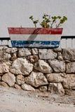 Kroatischer roter weißer blauer Blumentopf auf Steinwand Lizenzfreie Stockfotografie