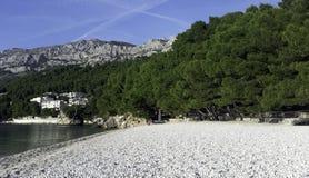 Kroatischer Strand und adriatisches Meer in Brela, Makarska Riviera, Dalmatien, Kroatien Stockfotografie