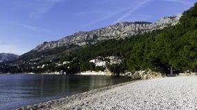 Kroatischer Strand und adriatisches Meer in Brela, Makarska Riviera, Dalmatien, Kroatien Lizenzfreies Stockbild