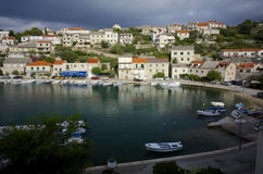 Kroatisches Dorf auf der Insel von Brac Stockbild