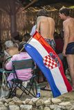 Kroatisches Fußballfan hält eine Staatsflagge stockfoto