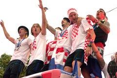 Kroatisches Fußballteam auf dem Busdach Stockfoto