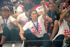 Kroatisches Fußballteam feiert auf dem Busdach Stockfoto