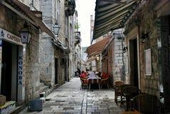 Kroatisches gemütliches Café auf einer schmalen Straße in Dubrovnik stockfotografie
