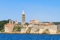 Kroatisk ö av Rab, sikt på staden och befästningar, Kroatien fotografering för bildbyråer