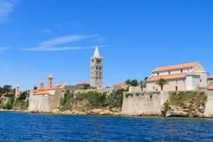 Kroatisk ö av Rab, sikt på staden och befästningar, Kroatien arkivfoton