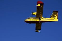 Kroatisk brandmanairlpain på den blåa himlen Arkivbild