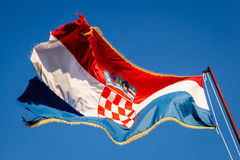 Kroatisk flagga som vinkar på en Pole över härlig blå himmel i Omis Arkivbild