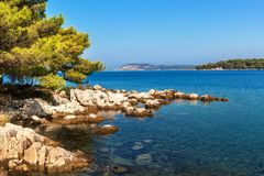 Kroatisk kusthavssikt från ön av Hvar Hälsningar från semester Hav och vaggar på kusten Fotografering för Bildbyråer