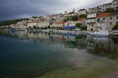 Kroatisk by på ön av Brac Arkivbilder