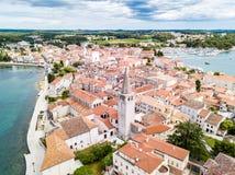 Kroatisk stad av Porec, kust av det bl?a azura turkosAdriatiskt havet, Istrian halv?, Kroatien Klocka torn, r?da belade med tegel royaltyfri foto