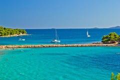 Kroatisk strand för turkos på den Murter ön Arkivbild