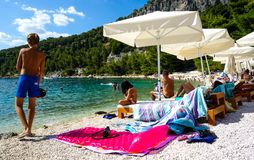 Kroatisk strand under sommarvärmen 24 08 2016 Arkivfoto