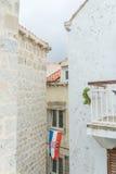 Kroatiska flaggahängningar på en byggnad Royaltyfri Bild