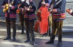 Kroatiska tamburitzamusiker i traditionella folk dräkter Arkivbilder