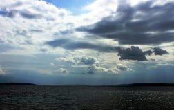 Kroatiskt havslandskap med trevliga moln Royaltyfri Foto