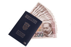 Kroatiskt pass med kroatiska pengar royaltyfri bild