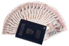 Kroatiskt pass med pengar arkivbild
