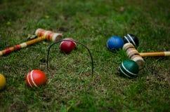 Krocketbollar och klubbor på gräs fotografering för bildbyråer