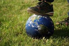 Kroczenie na kuli ziemskiej Obraz Stock