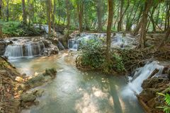 Водопад Kroeng Krawia сцены водопада на Kanchanaburi, Таиланде стоковое изображение rf