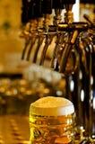Kroes van bier met een schuimend hoofd royalty-vrije stock foto's