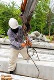 Krok för byggnadsarbetaremonteringskran på pol Arkivbild