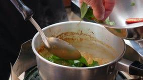 Krok po kroku kulinarna Tom ignamu polewka Korzenni chili pieprze, ziele i dodaj? wrz?ca polewka kuchnia tajska zbli?enie 4K zdjęcie wideo
