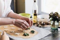 Krok po kroku szef kuchni przygotowywa pierożek z ricotta serem, yolks przepiórki jajkami i szpinakiem z pikantność, Szef kuchni  Fotografia Stock