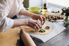 Krok po kroku szef kuchni przygotowywa pierożek z ricotta serem, yolks przepiórki jajkami i szpinakiem z pikantność, Szef kuchni  Obraz Royalty Free