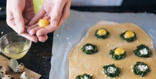 Krok po kroku szef kuchni przygotowywa pierożek z ricotta serem, yolks przepiórki jajkami i szpinakiem z pikantność, Szef kuchni  Zdjęcia Stock