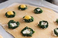 Krok po kroku szef kuchni przygotowywa pierożek z ricotta serem, yolks przepiórki jajkami i szpinakiem z pikantność, Szef kuchni  Obrazy Royalty Free
