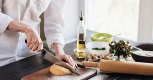 Krok po kroku szef kuchni przygotowywa pierożek z ricotta serem, yolks przepiórki jajkami i szpinakiem z pikantność, Szef kuchni  Obrazy Stock