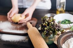 Krok po kroku szef kuchni przygotowywa pierożek z ricotta serem, yolks przepiórki jajkami i szpinakiem z pikantność, Szef kuchni  Zdjęcie Royalty Free