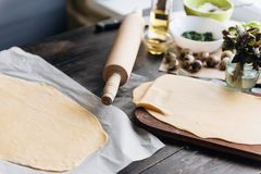 Krok po kroku szef kuchni przygotowywa pierożek z ricotta serem, yolks przepiórki jajkami i szpinakiem z pikantność, Szef kuchni  Obraz Stock