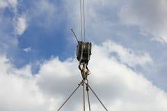 Krok som hänger på himmelbakgrund Royaltyfri Foto