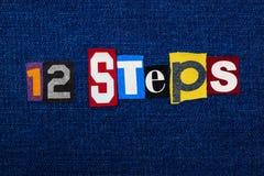 12 kroka formułują teksta kolaż, wielo- barwiona tkanina na błękitnym drelichu, nałogu i wyzdrowienia pojęciu, zdjęcia stock
