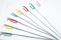 Kroka stos dokument z kolorowym paperclip Obrazy Stock