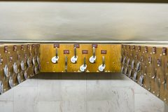 Krokar för kläder med nummer i omklädningsrummet med låsbara skåp Royaltyfria Bilder