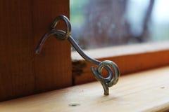 Kroken - låsa för ett fönster Arkivbild