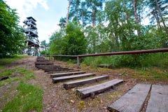 Kroki drewniany wierza w lesie Obrazy Stock