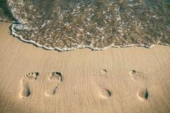 Kroki na piaskowatej plaży karciana lato słońca fala Wakacje i podróży pojęcie Lato klimaty Zdjęcie Stock