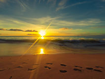 Kroki na plaży z ciepłym zmierzchem Fotografia Stock