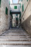Kroki prowadzą w górę wąskiej ulicy zdjęcie stock