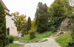 Kroki prowadzi przejście w forteca ścianie blisko kościół transakci St Nicholas w kasztelu w Starym mieście Sighiso Obrazy Stock