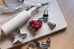 Kroki robi? ciastku Zamarznięte jagody, czerwony rodzynek Pojęcie świąteczny pieczenie Matka dzień, kobieta dzień, walentynka dzi fotografia stock
