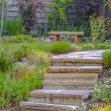 Kroki w kształtującym teren ogródzie na słonecznym dniu obrazy stock